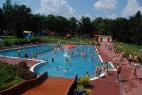 © Freibad Heidenau - Sommerlicher Badespaß im Erlebnisbecken mit Wasserpilz und Breitrutsche